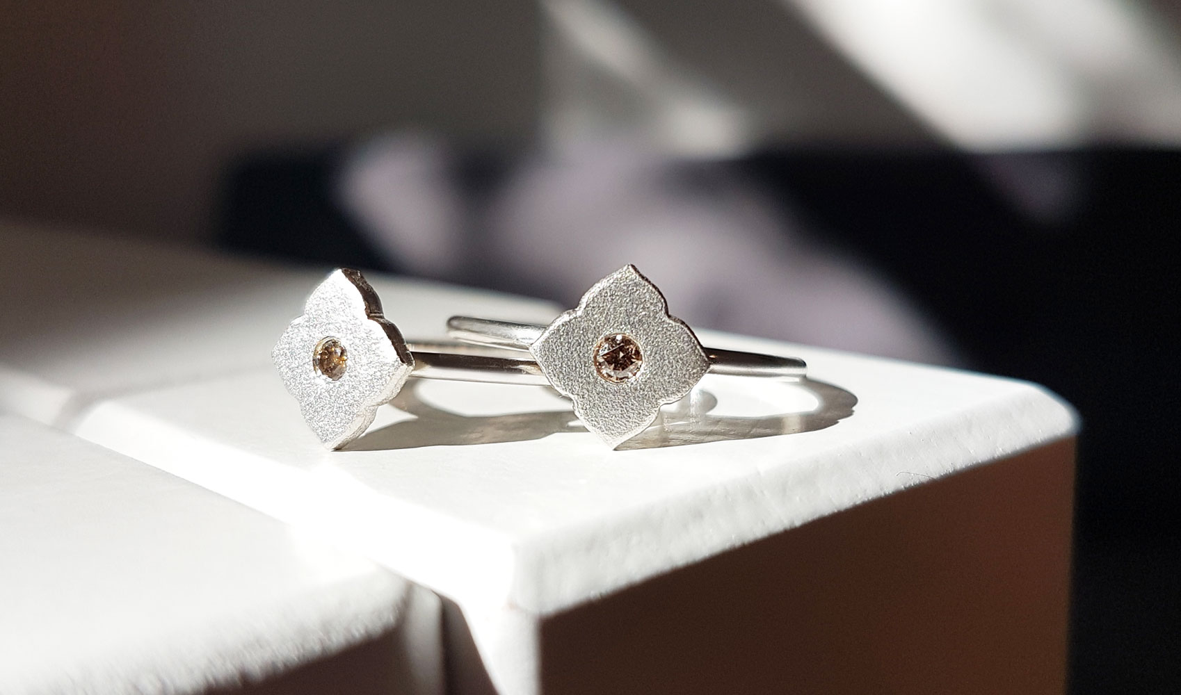 "GOLDAFFAIRS - Ring ""Flora"" aus FAIRTRADE Silber mit champagnerfarbenem Diamant"