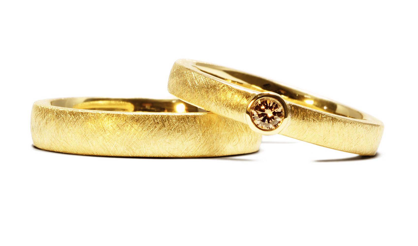 GOLDAFFAIRS - zarte Trauringe aus Fair Trade Gold mit einem Australischen Diamanten