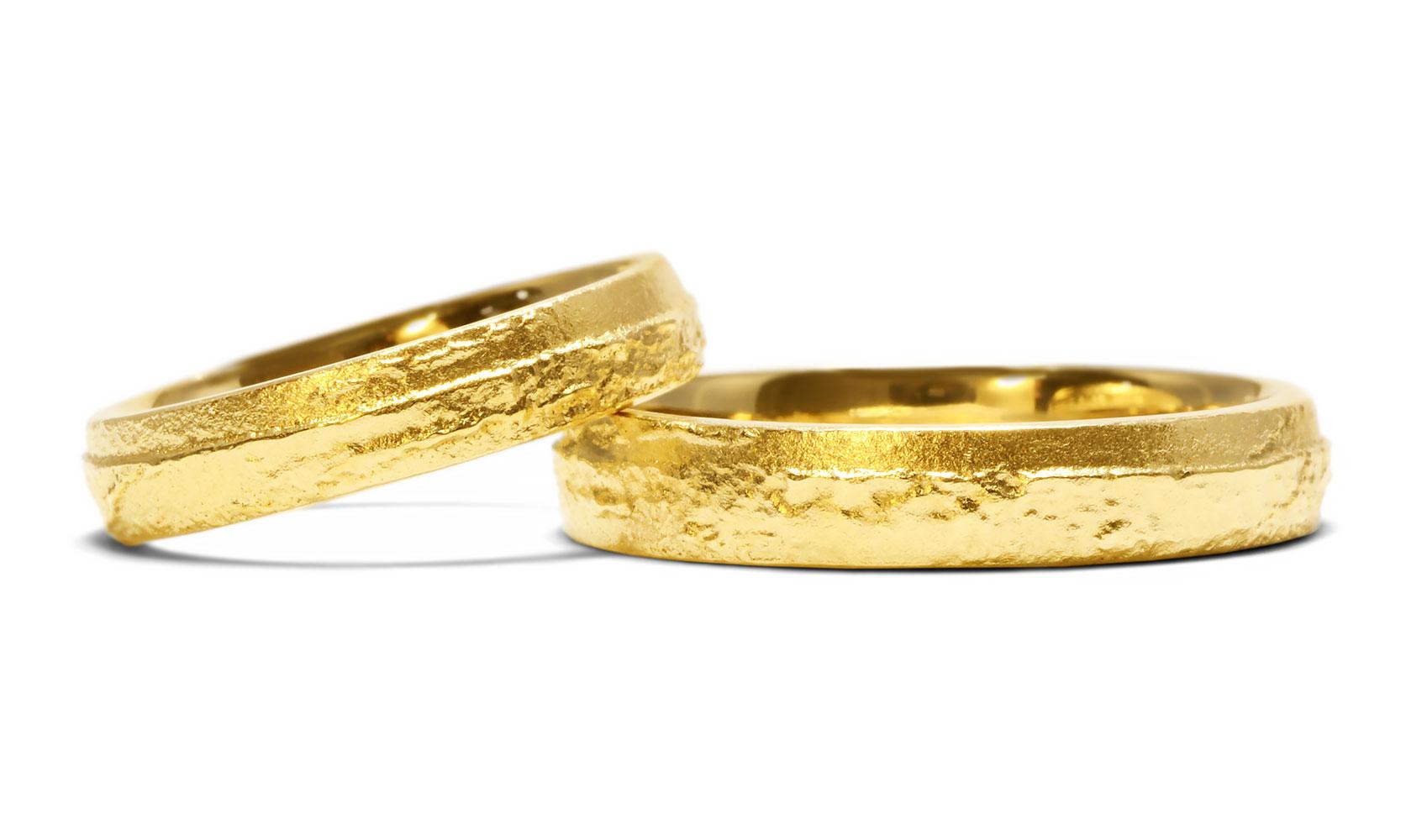"""GOLDAFFAIRS - Trauringe """"im Sand"""" aus ökofairem Gold, Recyclinggold oder FAIRTRADE Gold und Silber"""