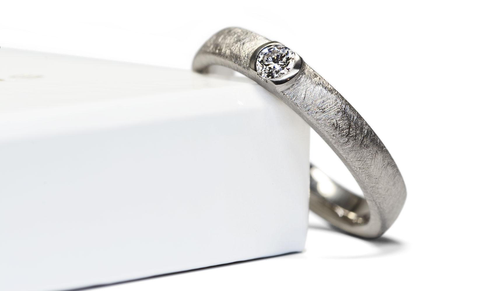 """GOLDAFFAIRS - Ring """"precious"""" aus FAIRTRADE Weißgold und einem weißen Diamanten"""
