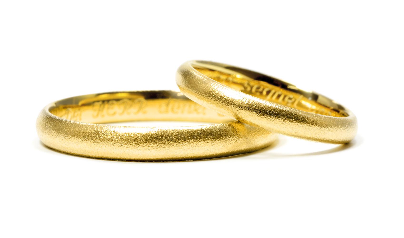 GOLDAFFAIRS - zarte Trauringe aus Fair Trade Gold, sandmatt