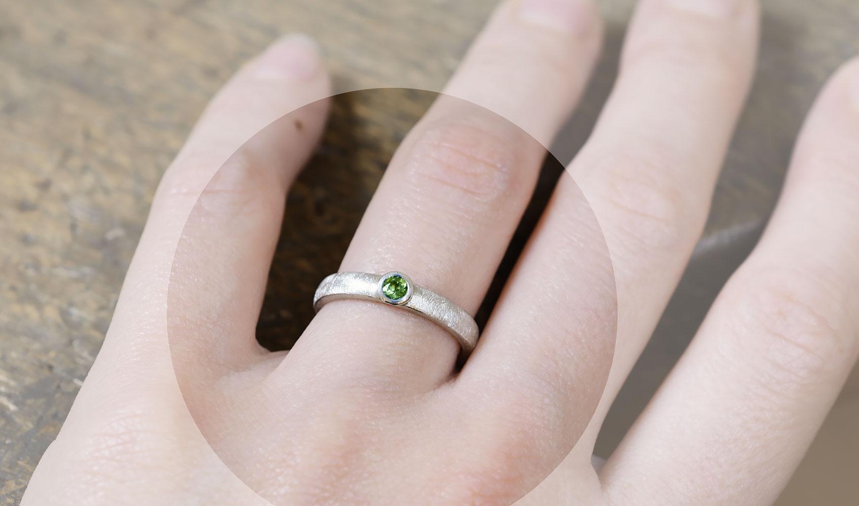 GOLDAFFAIRS - Schlichter Verlobungsring aus FAIRTRADE Silber mit gruenem Turmalin, eismatt