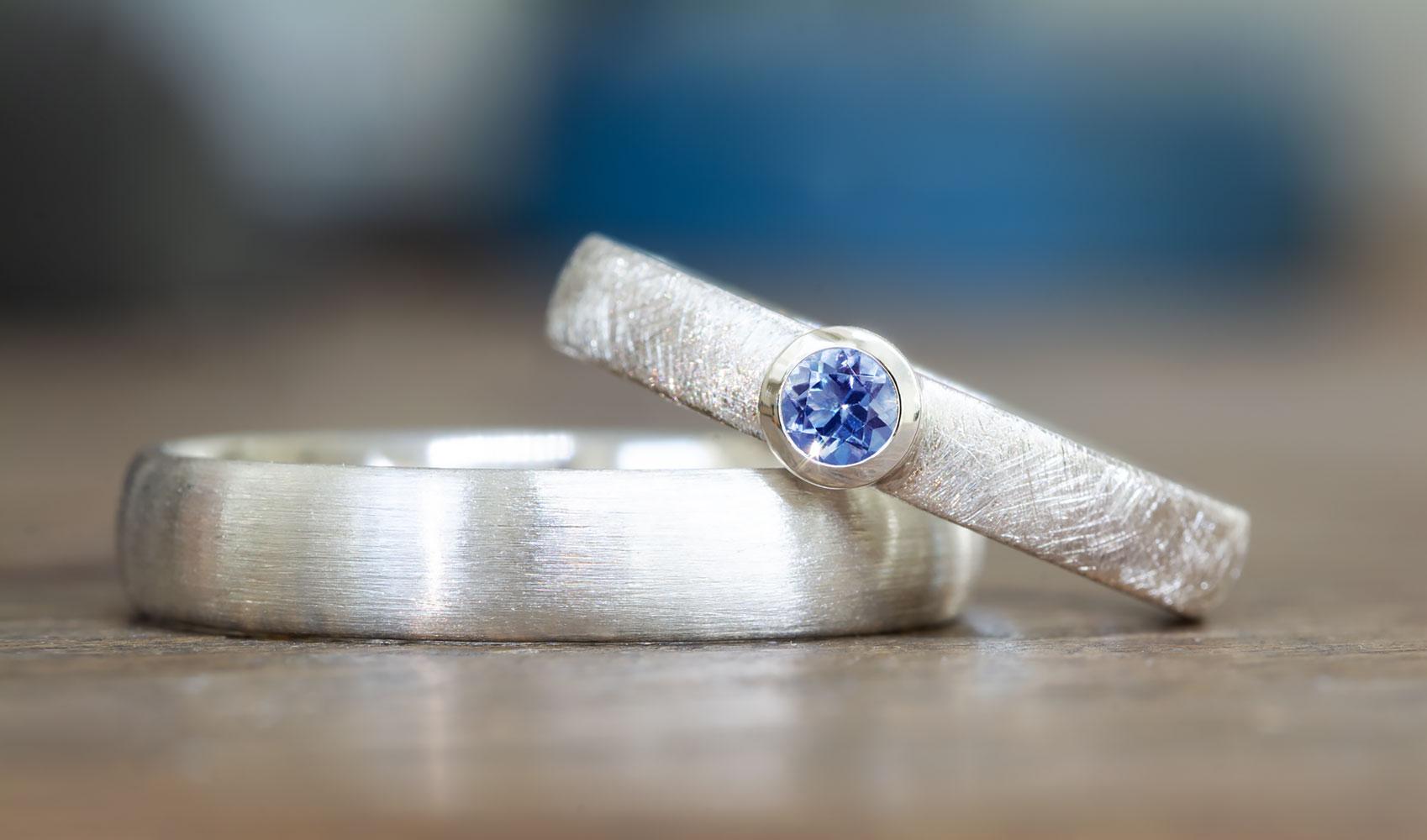 GOLDAFFAIRS - Schlichter Verlobungsring aus FAIRTRADE Silber mit fairem Saphir