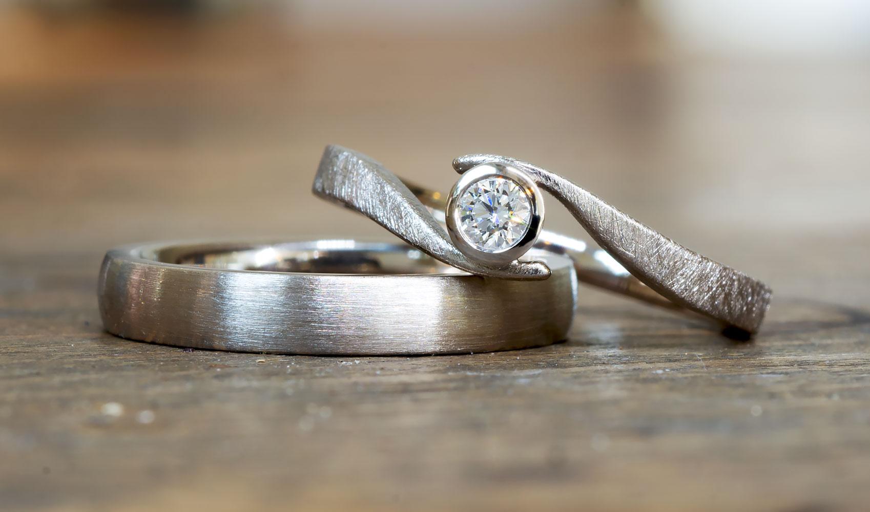 """GOLDAFFAIRS - Verlobungsring """"wave"""" aus FAIRTRADE Weißgold mit weißem Diamant"""