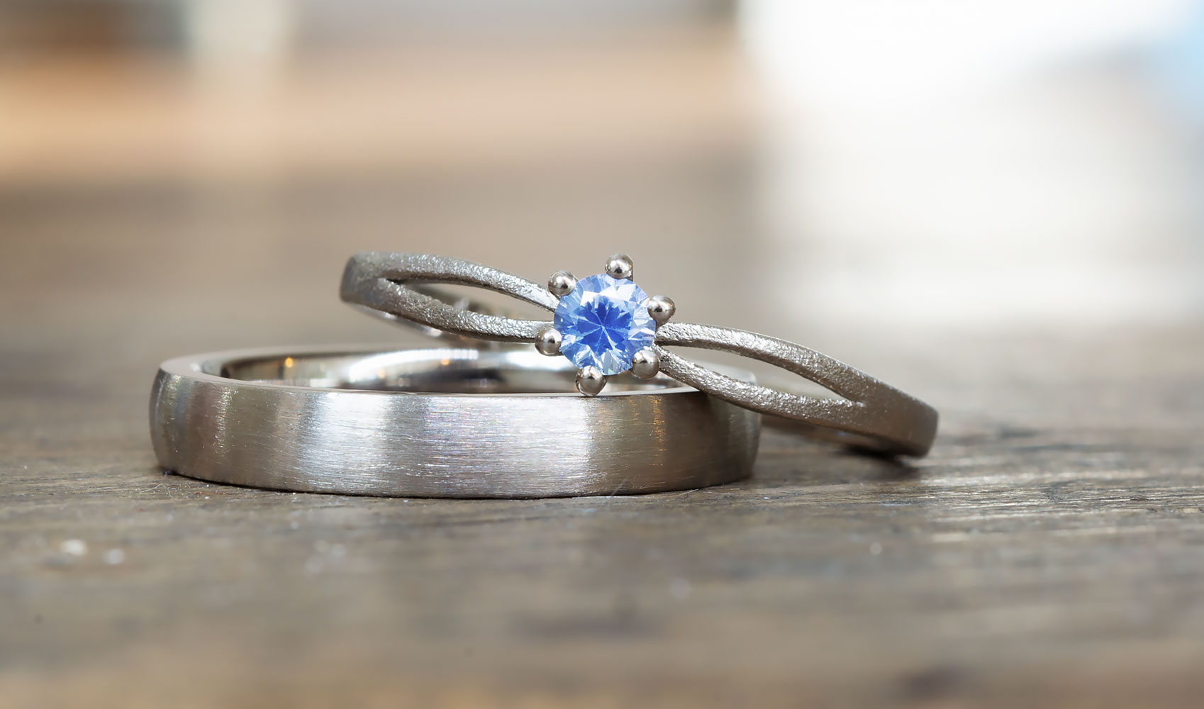 """GOLDAFFAIRS - Verlobungsring """"Iva"""" aus FAIRTRADE Weißgold mit blauem Saphir"""