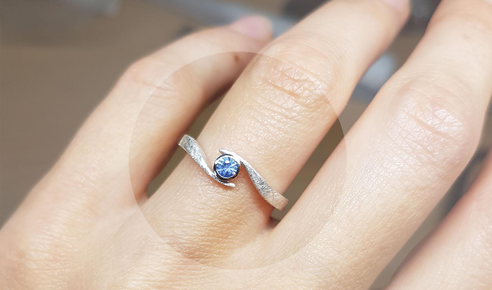 """GOLDAFFAIRS - Verlobungsring """"wave"""" aus FAIRTRADE Silber mit blauem Ceylon Saphir"""