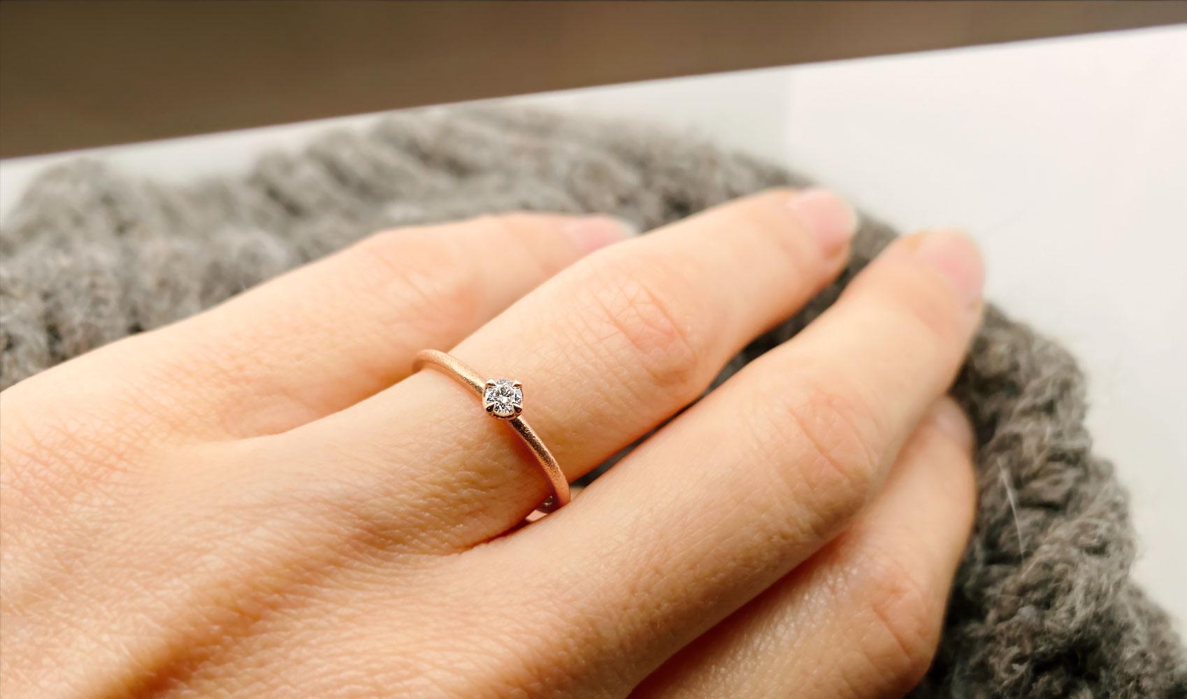 """GOLDAFFAIRS - Verlobungsring """"Ana"""" aus FAIRTRADE Roségold mit weißem Diamanten"""