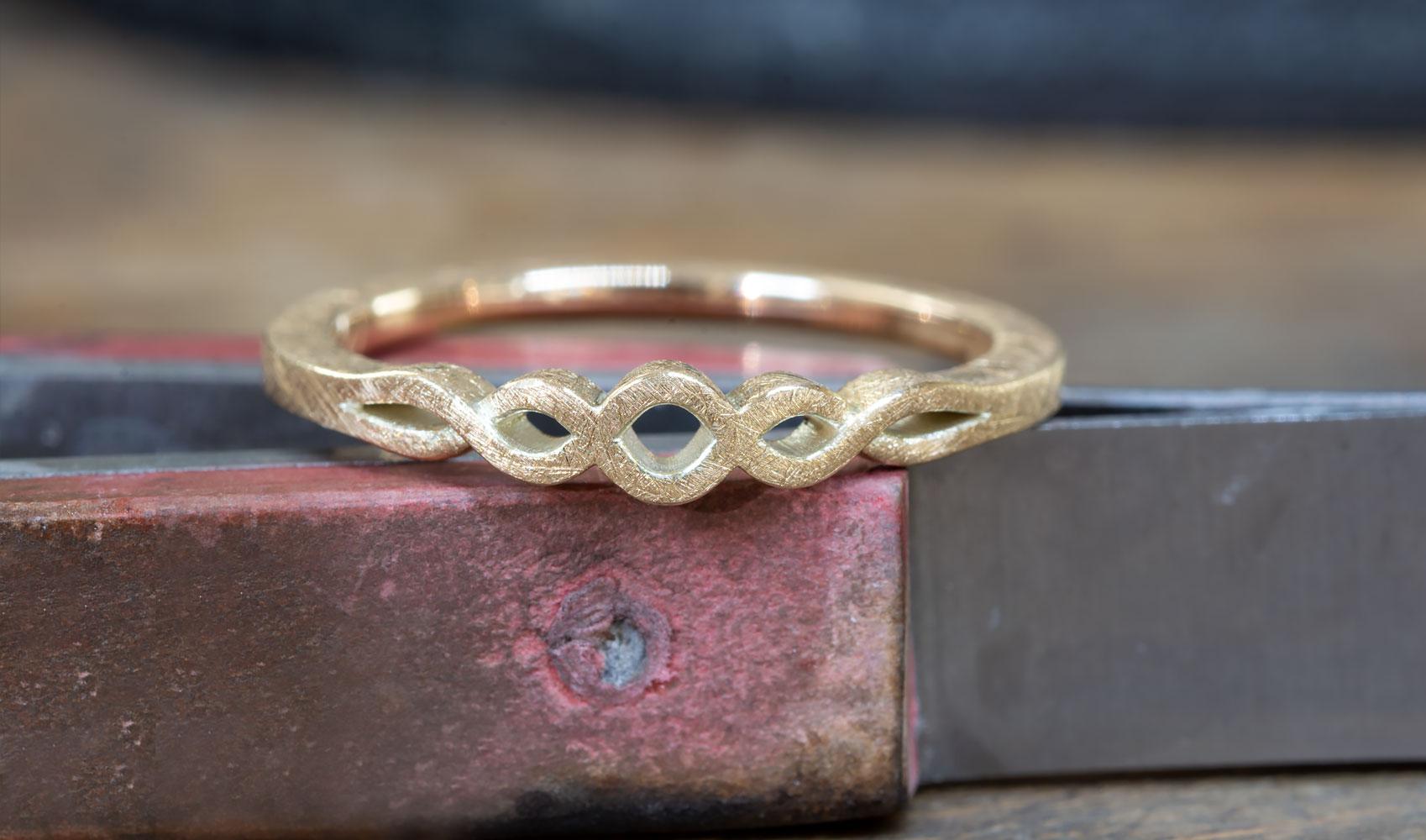 GOLDAFFAIRS - geflochtener Ring aus FAIRTRADE Gold