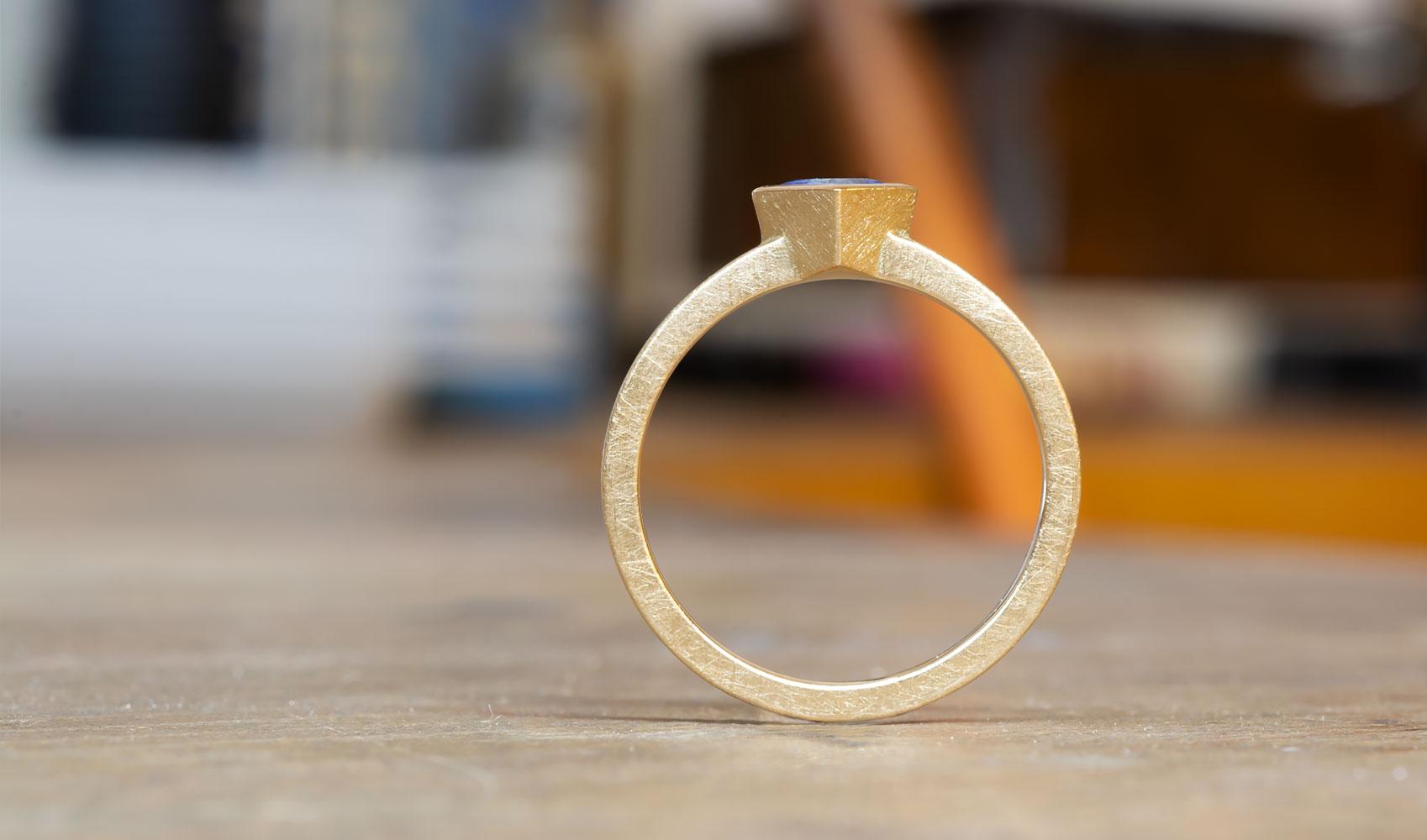 GOLDAFFAIRS - Ring - Verlobungsring aus ökofairem Gold mit blauem Fair Trade Saphir