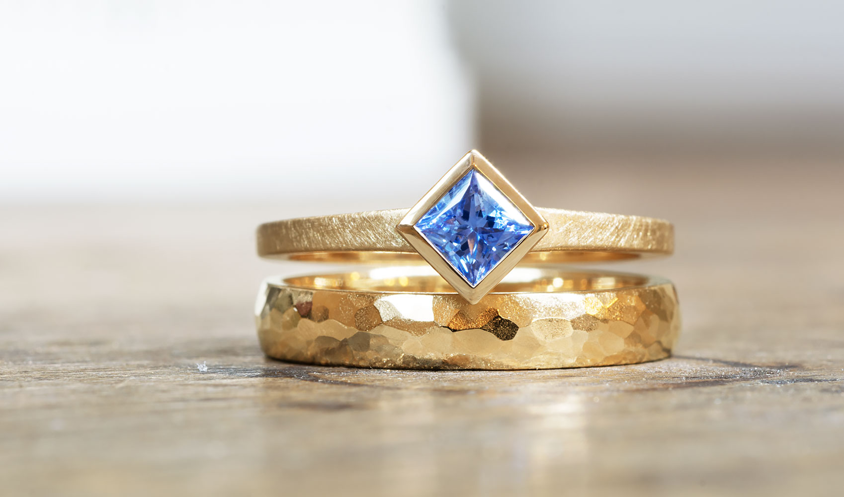 GOLDAFFAIRS - Ring - Verlobungsring aus ökofairem Gold mit blauem Fair Trade Saphir