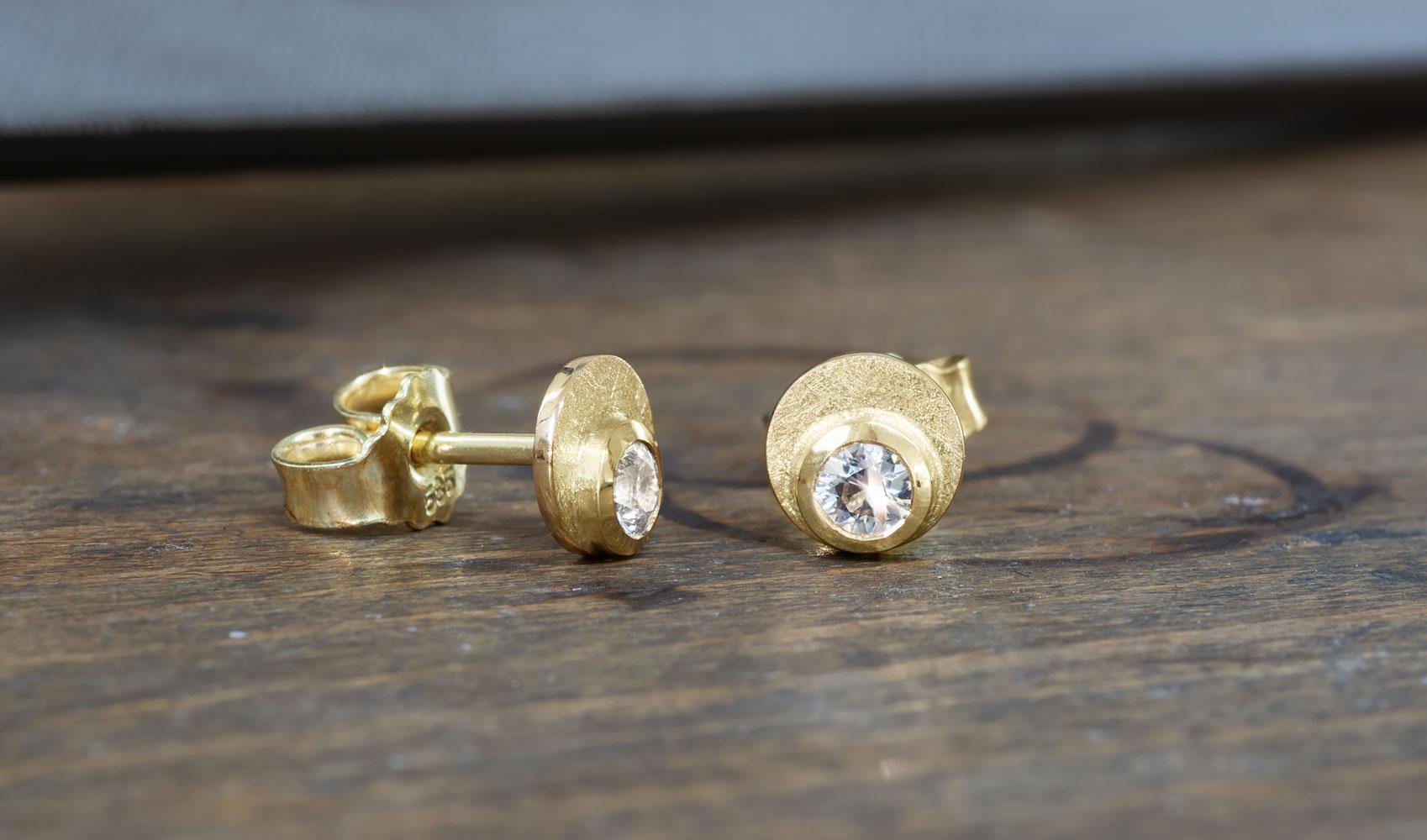 """Ohrstecker """"Dot"""" aus ökofairem Gold mit weißen Saphiren"""